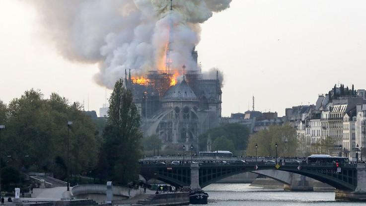 """Parigi, un incendio devasta Notre Dame: crollata la guglia e tre quarti del tetto della cattedrale. Macron: """"Brucia una parte di noi"""""""
