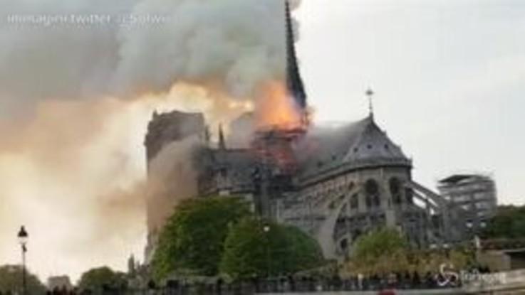 Notre-Dame, le immagini della cattedrale in fiamme