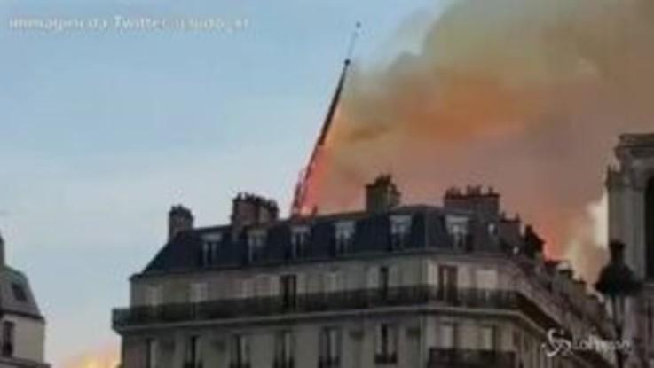 Rogo di Notre Dame, il momento in cui crollano la guglia e il tetto