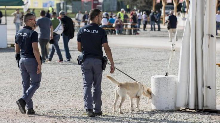 Reggio Calabria, violentano a turno una 18enne sulla spiaggia: arrestati tre giovani