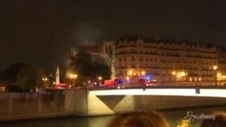 Notre-Dame, gli applausi dei parigini ai vigili del fuoco
