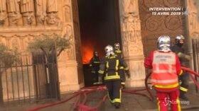 Notre-Dame, nell'inferno di fuoco assieme ai pompieri