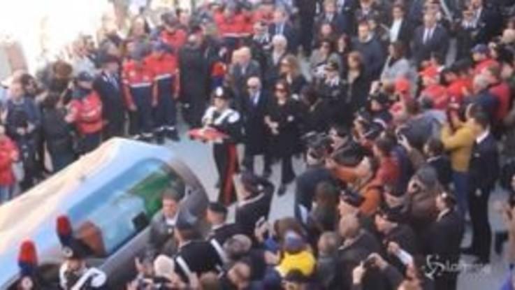 Funerali carabinieri ucciso, gli applausi al passaggio del feretro