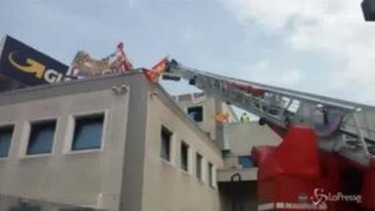 Piacenza, la protesta dei facchini sul tetto dello stabilimento Gls