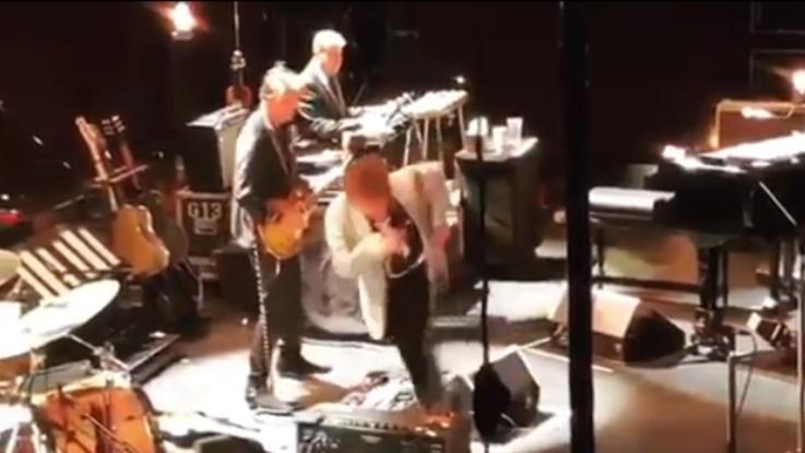 Bob Dylan chiede al pubblico di non fare le foto, poi inciampa e si infuria
