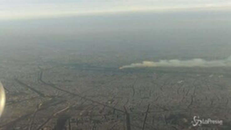 Parigi, l'incendio di Notre-Dame visto dall'aereo in volo