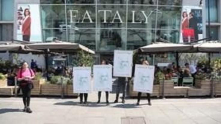 Milano, blitz vegetariano davanti a Eataly