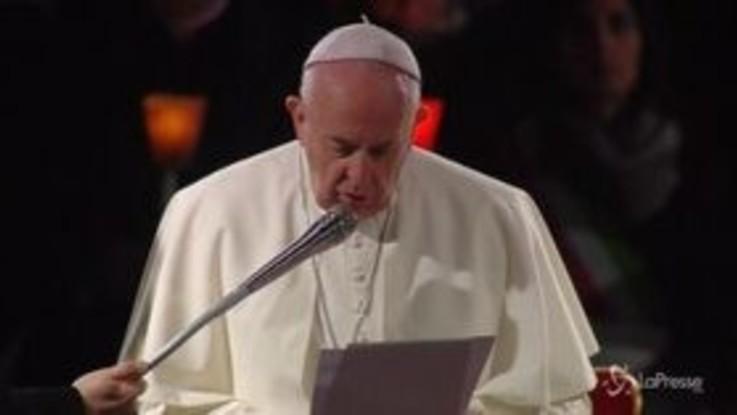 """Via Crucis, Papa: """"Porte chiuse ai migranti per calcoli politici"""""""