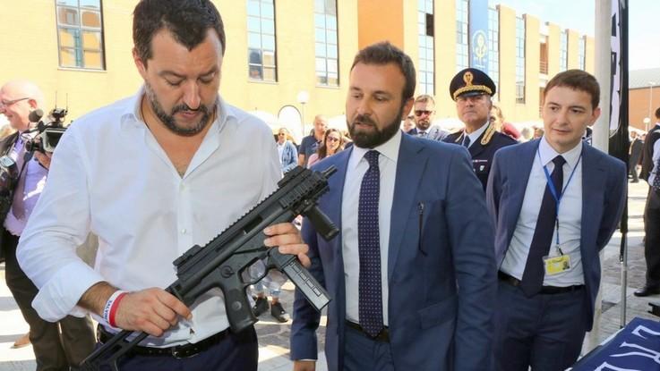 """Foto con il mitra, Salvini: """"Le polemiche sono fondate sul nulla"""""""