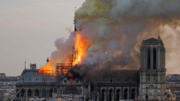 """Notre-Dame, l'impresa edile: """"Operai fumavano sull'impalcatura, ma nessun legame con il rogo"""""""