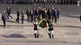 Mattarella depone una corona d'alloro all'Altare della Patria