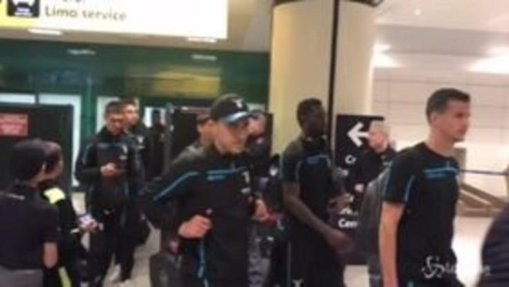 Lazio, l'abbraccio dei tifosi dopo l'impresa di San Siro