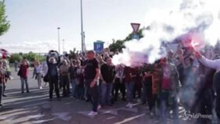 Serie A, i tifosi accolgono il Torino all'hotel Hilton