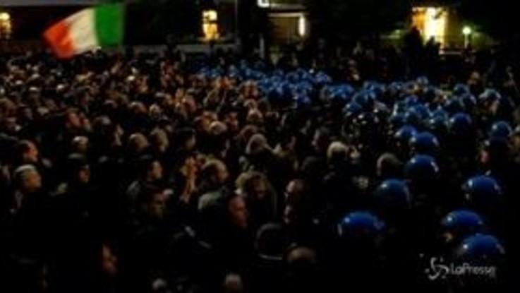 Milano, tensioni tra neofascisti e polizia al corteo per Ramelli