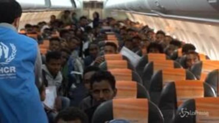 Libia, l'arrivo dei rifugiati a Pratica di Mare