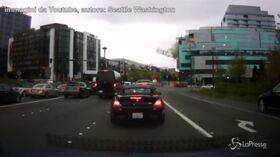 Paura a Seattle: la gru crolla sulle auto in coda