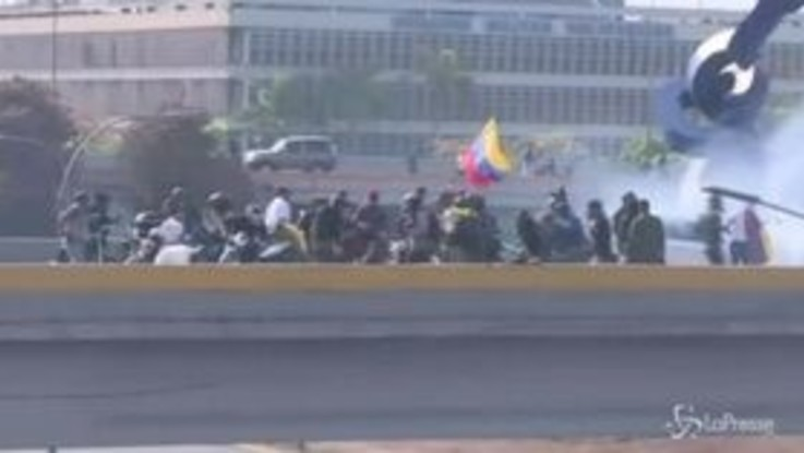 Venezuela: scontri tra esercito di Maduro e militari che appoggiano Guaidó