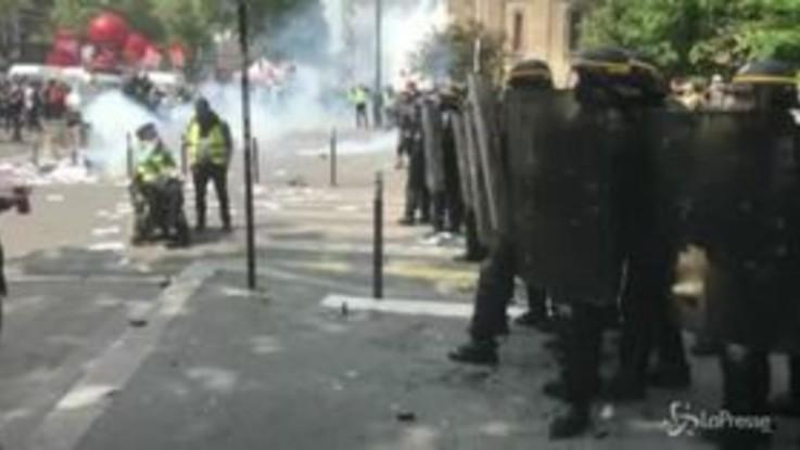 1 maggio, a Parigi violenti scontri tra polizia e manifestanti