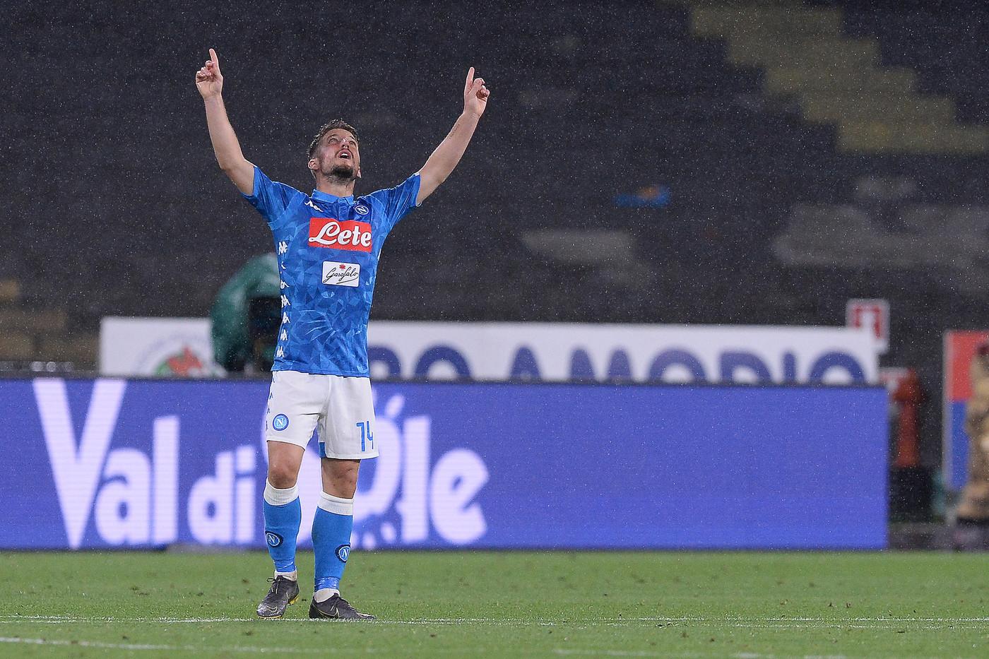 Finale da pazzi, il Napoli ribalta il Cagliari con un rigore di Insigne: 2-1