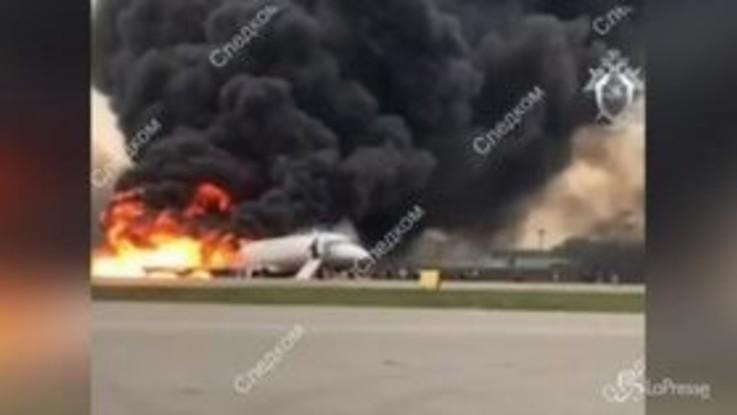 Aereo in fiamme in Russia, il video dei passeggeri evacuati