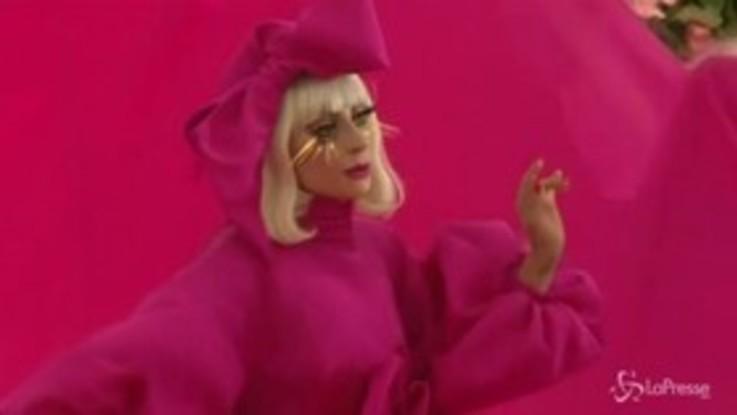Pioggia di stelle al Met Gala a NY, sul red carpet lo spogliarello di Lady Gaga