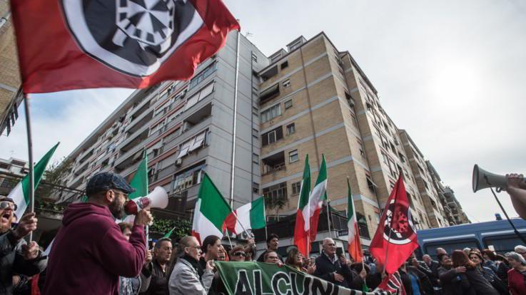 Disordini a Casal Bruciato, primi denunciati: tra questi l'uomo che urlò 'Ti stupro' a una donna rom