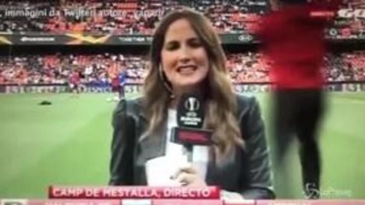 Valencia-Arsenal, la giornalista stesa da una pallonata in diretta tv