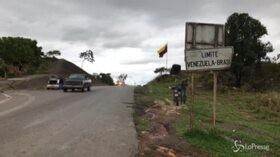 Venezuela, migranti attraversano la frontiera con il Brasile