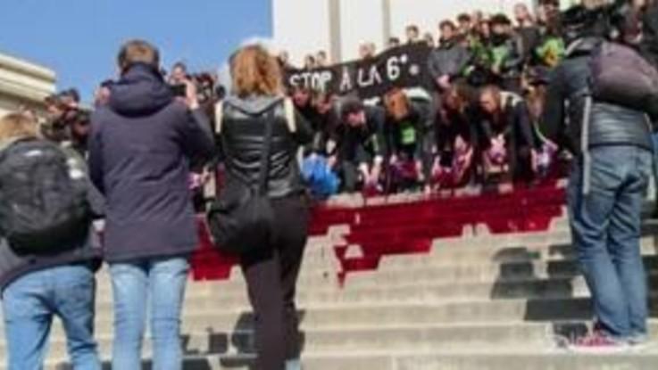 Parigi, ambientalisti versano sangue finto sulle scale del Trocadero