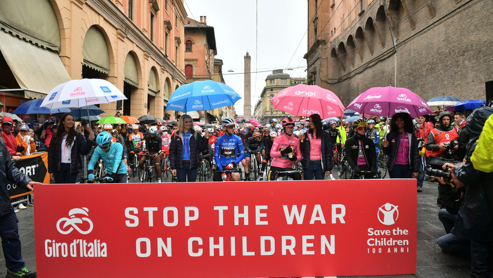 Il Giro si ricorda delle sofferenze dei bambini nelle troppe guerre del mondo ©