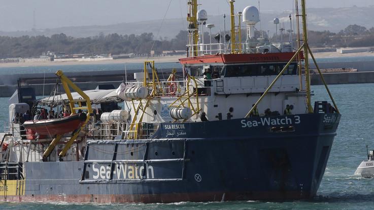 """Migranti, Salvini contro la Sea Watch: """"Se la nave si dirigerà verso l'Italia, verrà fermata con ogni mezzo"""""""
