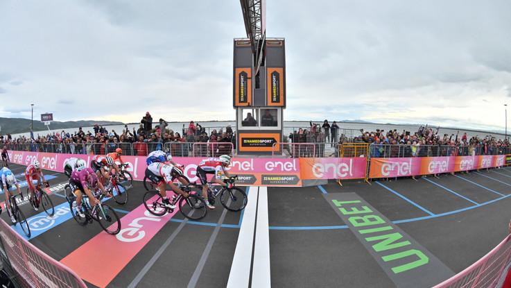 Giro d'Italia, a Orbetello Viviani vince ma è squalificato. Tappa a Gaviria