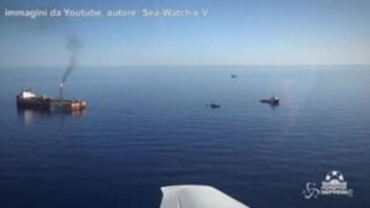 Migrante scappa a nuoto dalla Guardia costiera libica: le drammatiche immagini
