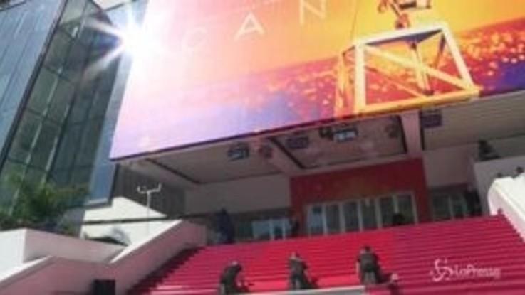 Cannes, al Palais des Festivals i preparativi per il tappeto rosso