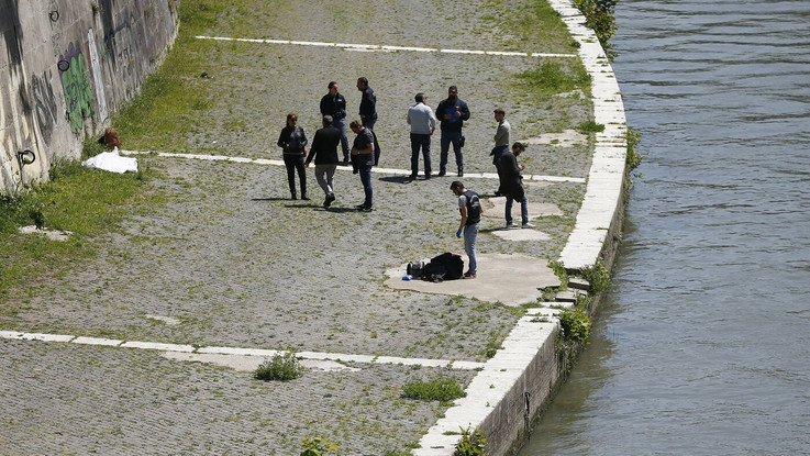 Il ritrovamento del cadavere vicino Ponte Sisto