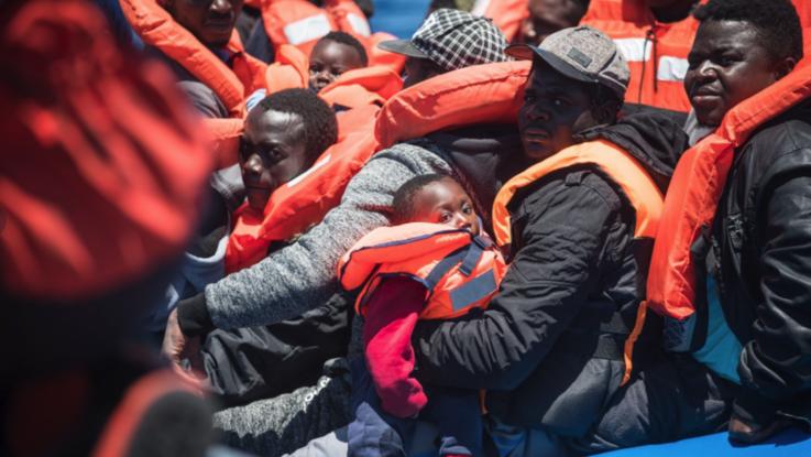 """Sea Watch salva 65 migranti nel mare libico. Salvini firma diffida: """"Non si avvicini alle acque italiane"""""""