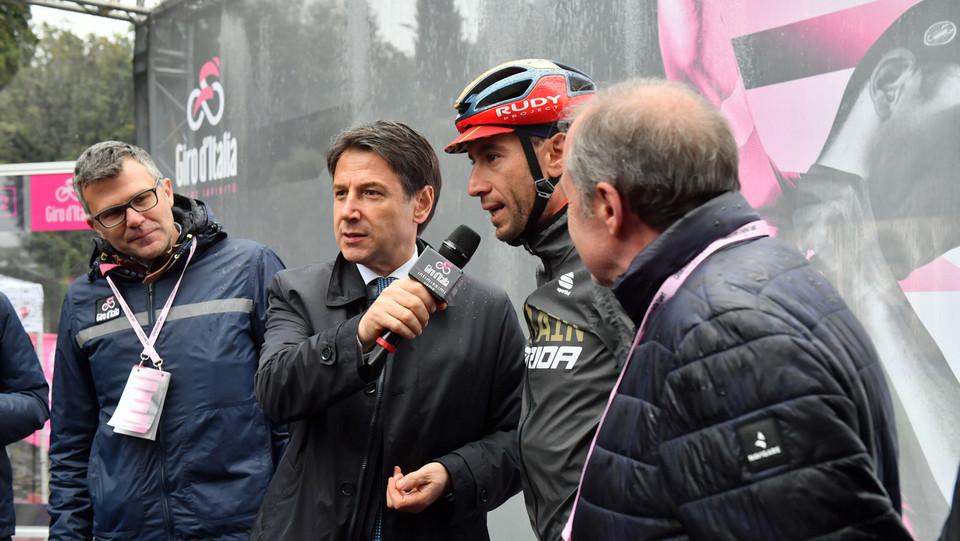 Conte intervista Nibali alla partenza da Frascati ©