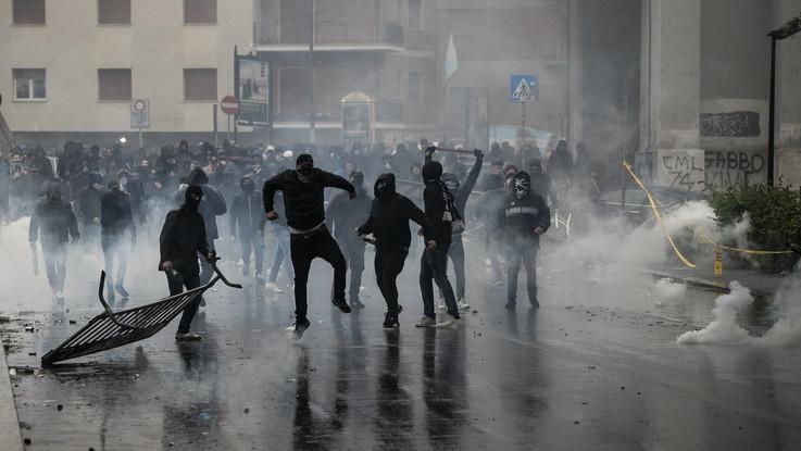 Coppa Italia, scontri tra tifosi e polizia vicino allo stadio Olimpico