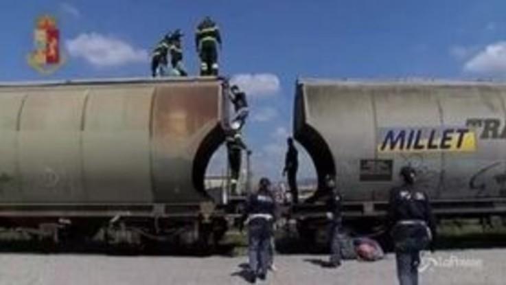 Verona, Polfer trova 7 profughi nascosti in una cisterna di mais