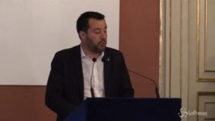 """Voli di Stato, Salvini a Napoli: """"La prossima volta vengo in bici"""""""