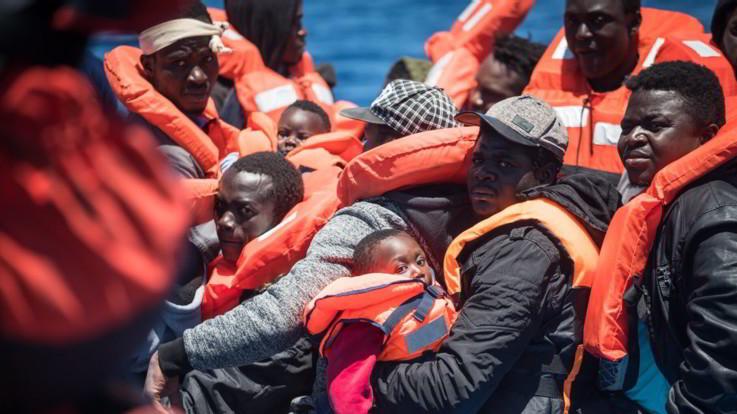 """Migranti, Sea Watch cerca un porto sicuro. Linea dura di Salvini: """"Porti chiusi"""""""