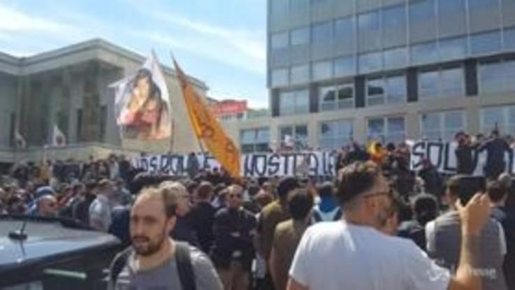 Roma, contestazione dei tifosi giallorossi all'Eur