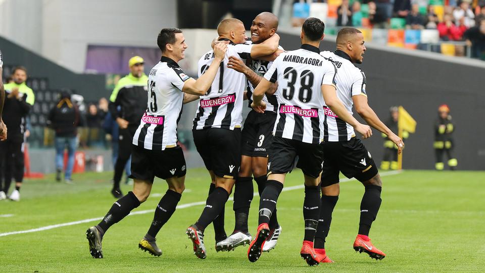 Samir esulta con i compagni dopo il gol ©