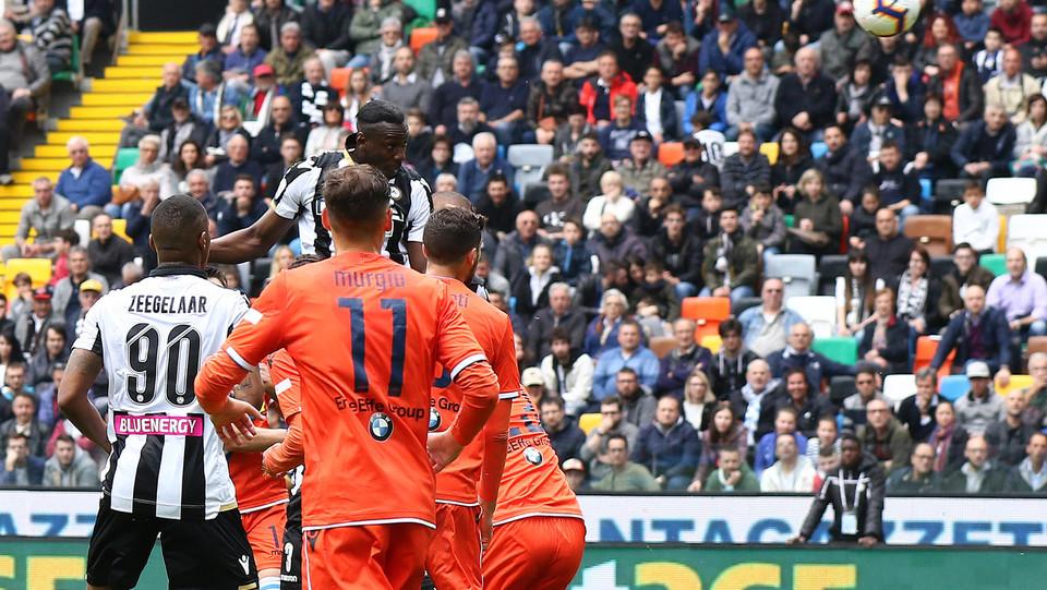 Okaka segna di testa per l'Udinese ©