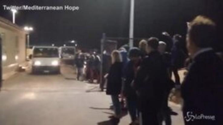 I migranti della Sea Watch 3 a Lampedusa, il caloroso benvenuto degli isolani