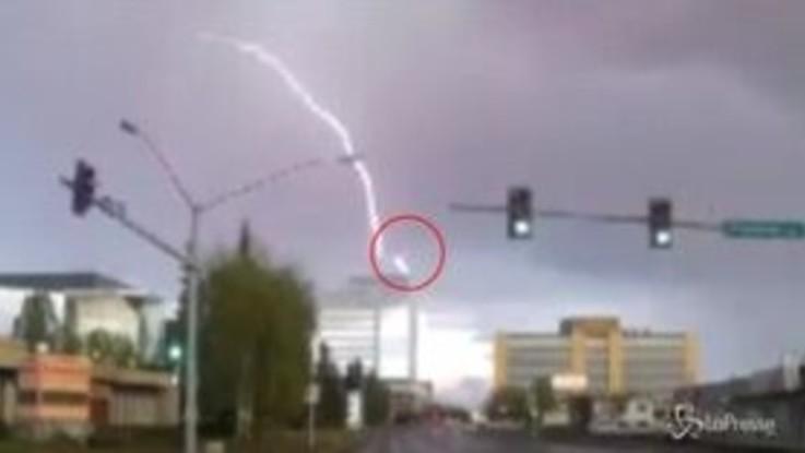 Fulmine colpisce aereo di linea sopra l'Alaska: il video diventa virale
