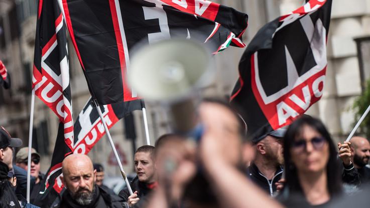 Bologna, scontri collettivi-polizia prima del comizio di Fiore (FN)