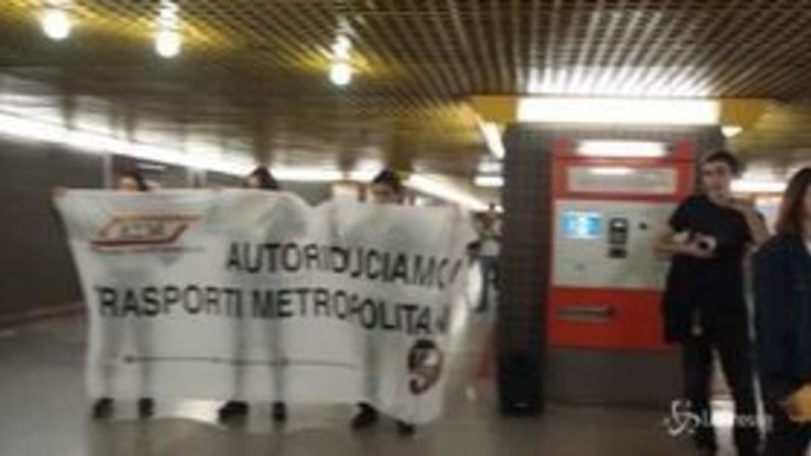 Milano, blitz 'Atmnontipago' contro il caro biglietti in metropolitana