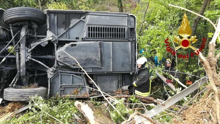 Siena, bus si ribalta e finisce in scarpata: un morto e diversi feriti