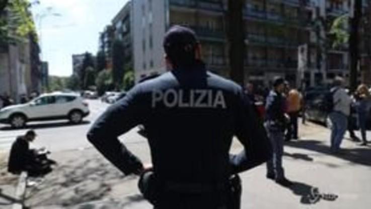 Milano, bimbo trovato morto in casa con lividi sul corpo: le forze dell'ordine sul posto